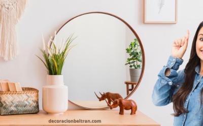 Combinando un espejo y una consola para decorar tu recibidor.